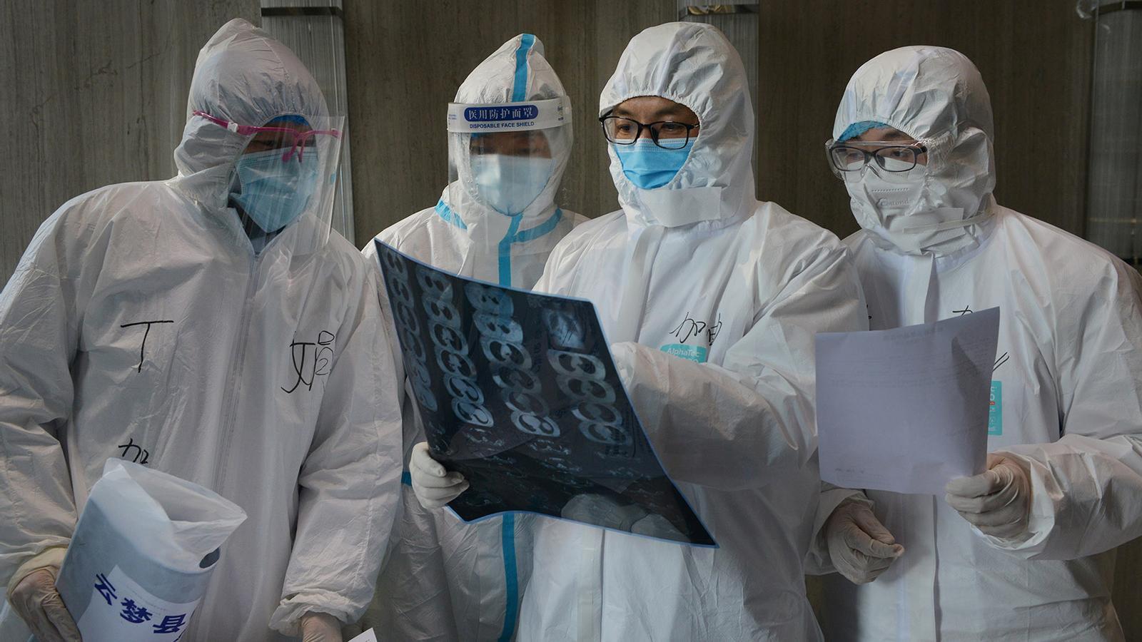 Metges xinesos avaluen casos de coronavirus Covid-19.