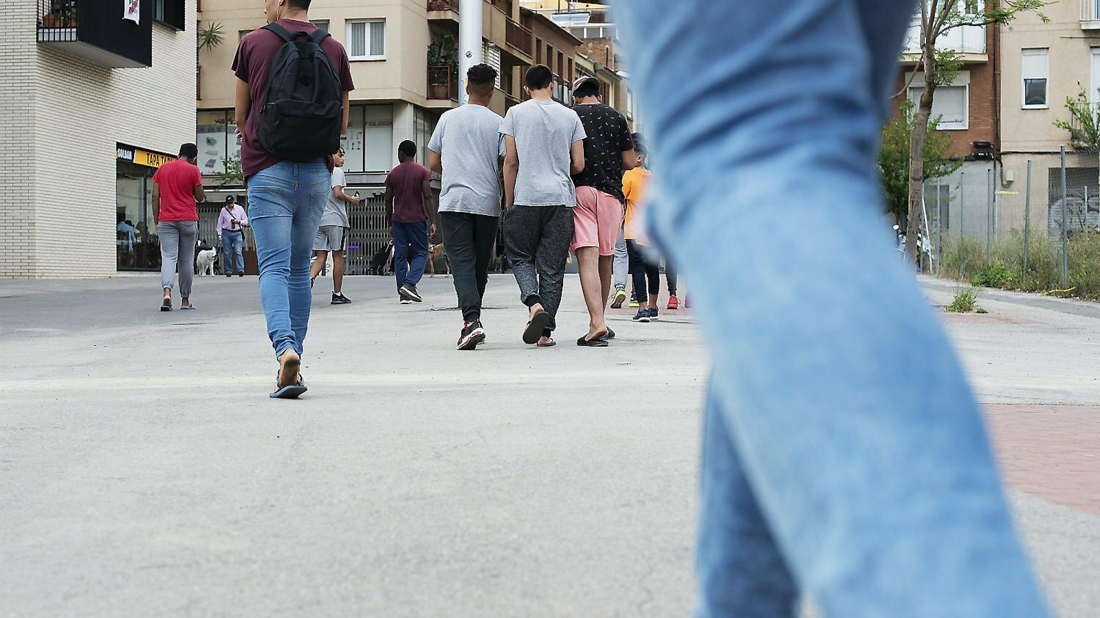 Un grup de joves tutelats per la Generalitat passejant per Barcelona.