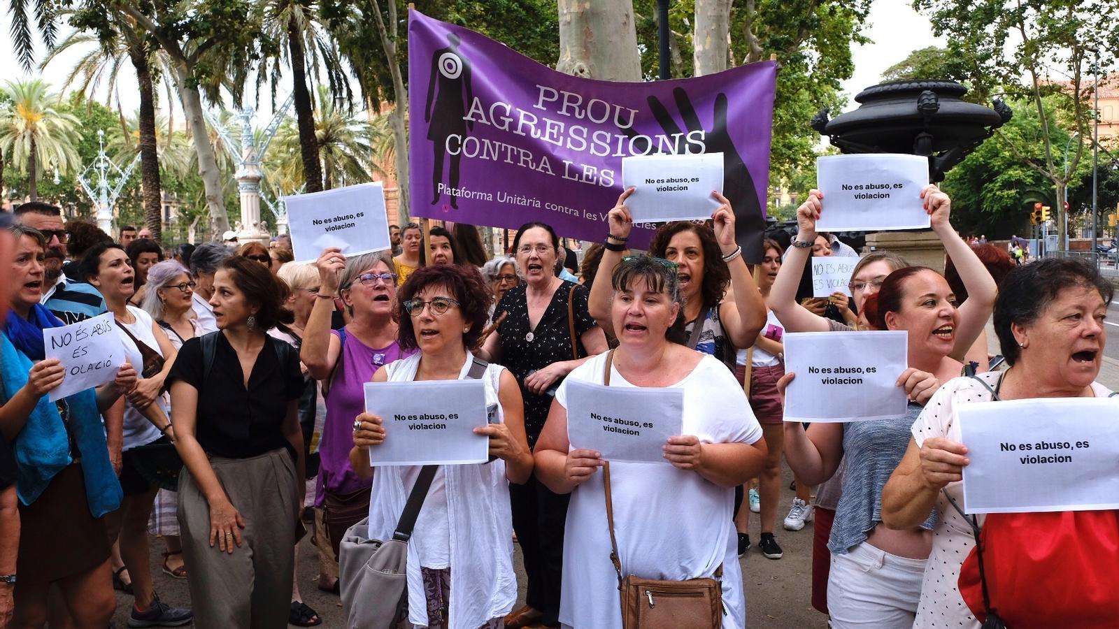 Un grup de persones s'ha manifestat davant l'Audiència de Barcelona per protestar contra les agressions sexuals