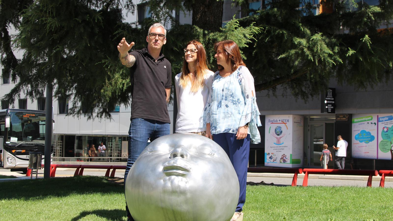 Un moment de la presentació de l'exposició 'Animals' de l'artista Joan Salcedo junt amb la ministra de Cultura i Esports, Sílvia Riva, i la cònsol major d'Escaldes-Engordany, Trini Marín, aquest dimarts. / AGÈNCIA ANA