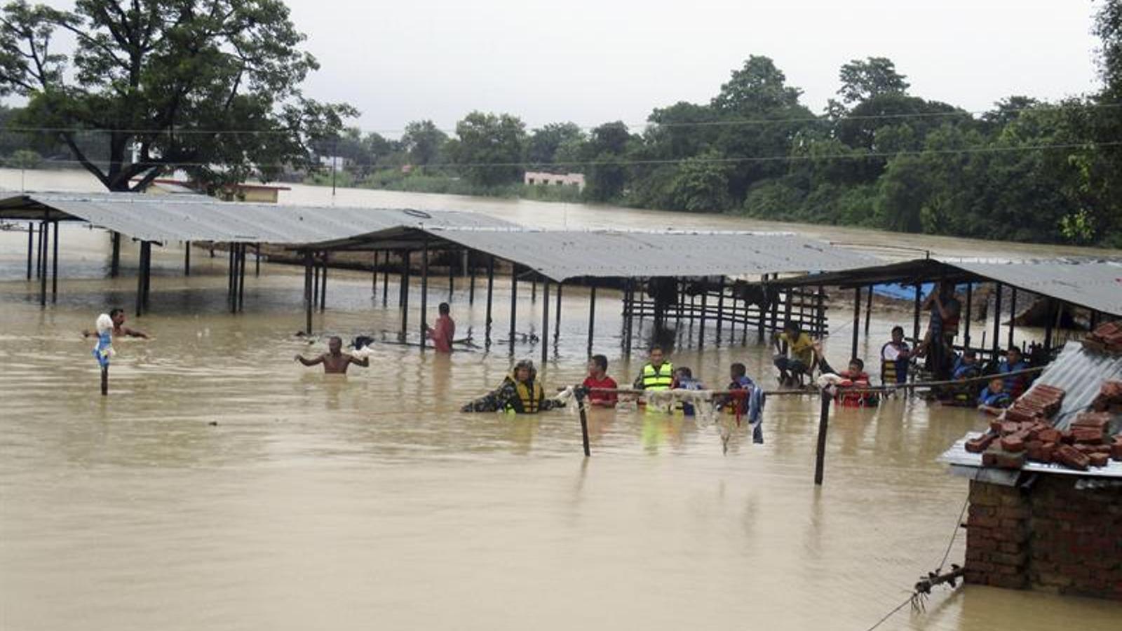 Militars nepalesos rescataven ahir víctimes provocades per les inundacions