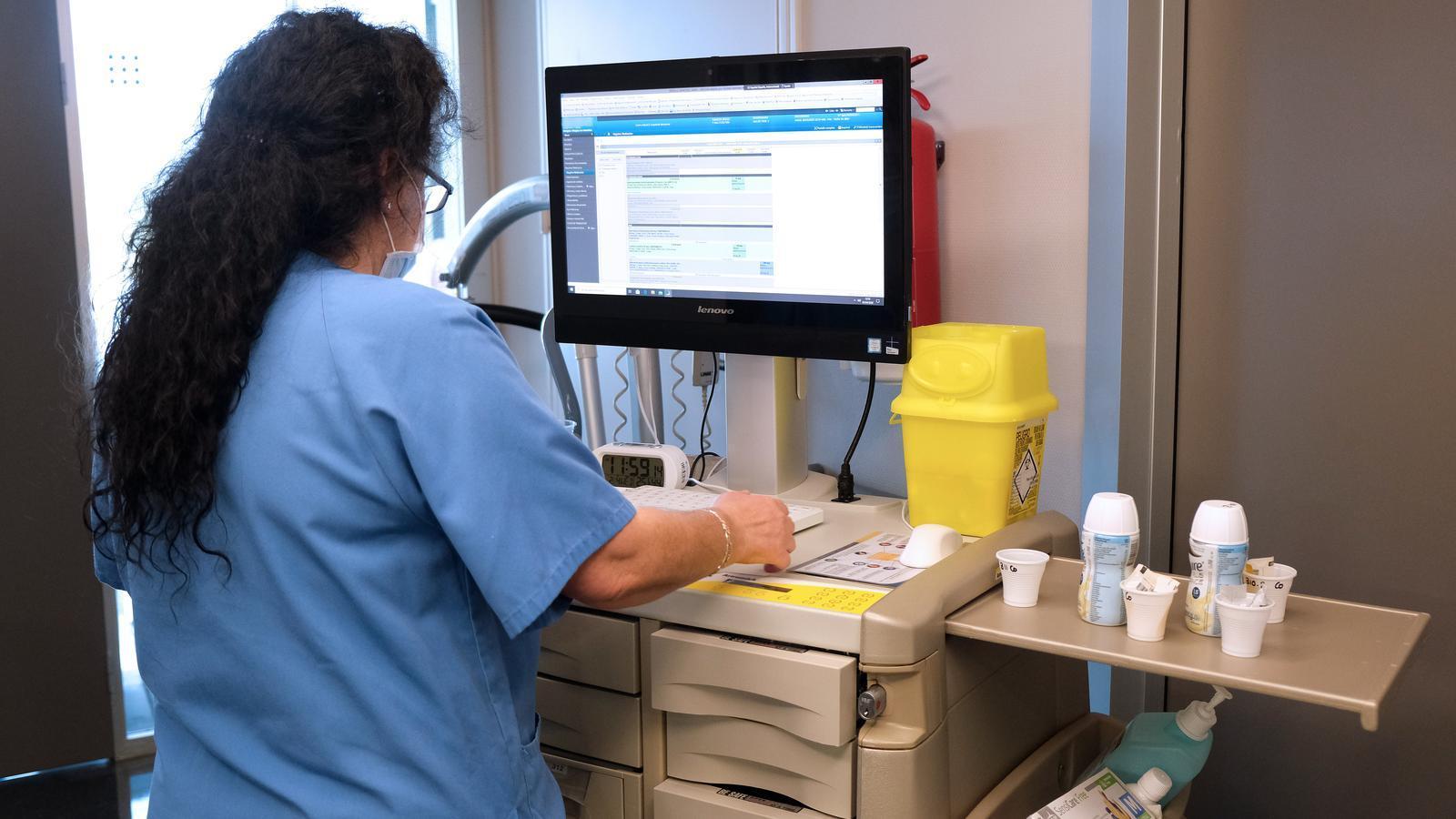 Sanitària que aten pacients amb Covid-19 a Son Espases