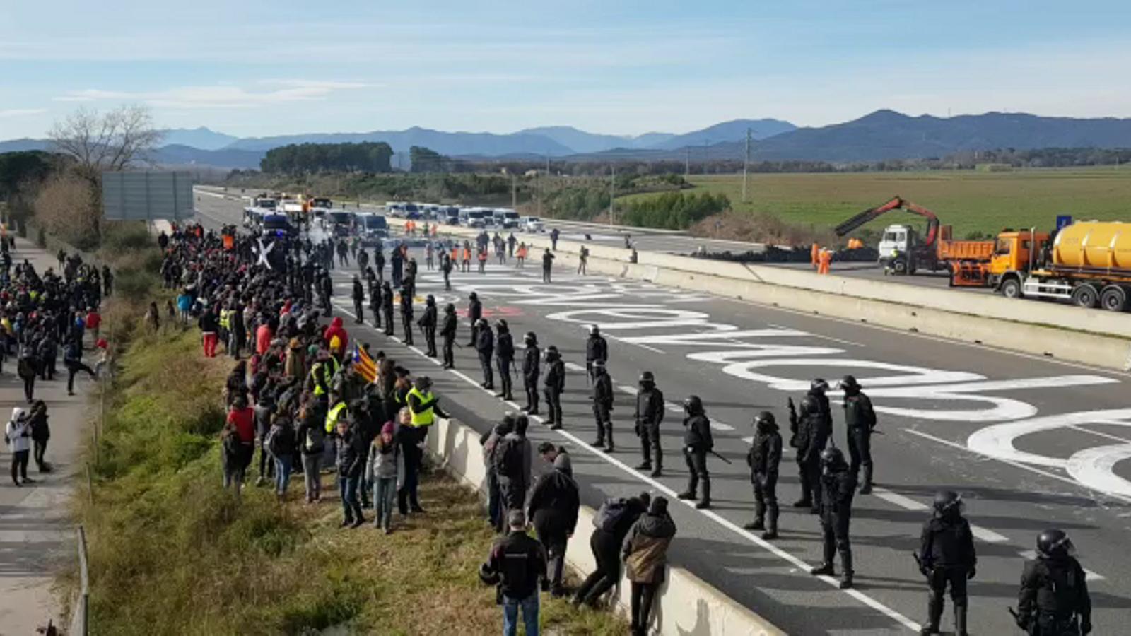 Els Mossos desallotgen els manifestants de l'AP-7 a Girona