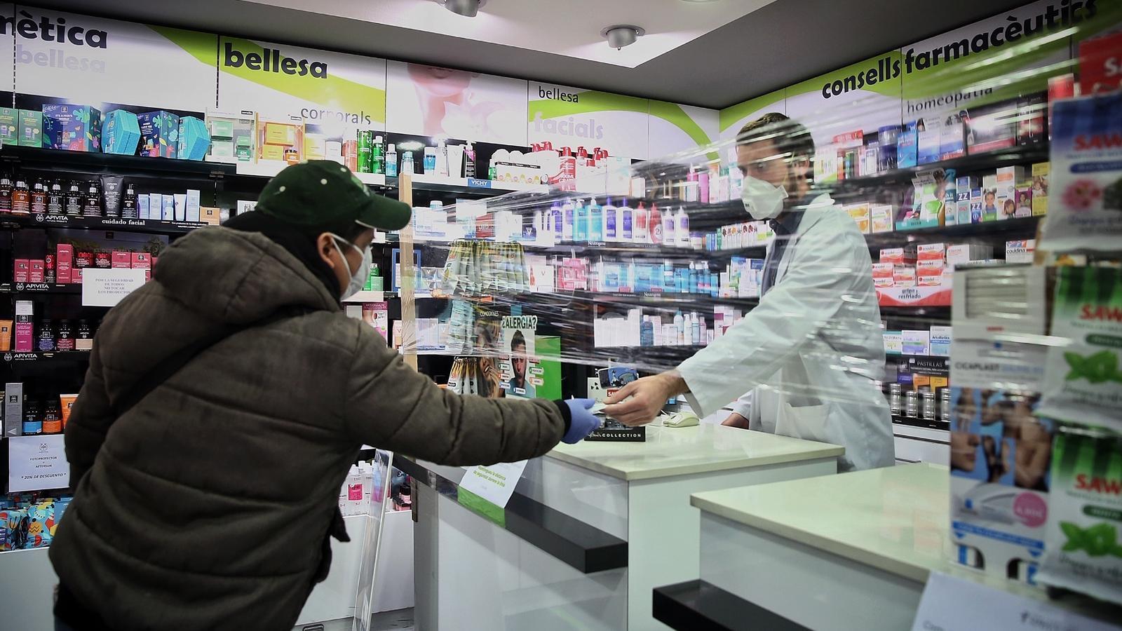 Un ciutadà en una farmàcia de Barcelona, aquest dilluns