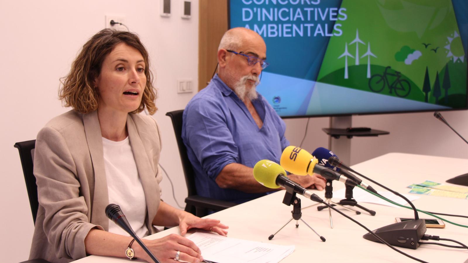 La directora de Medi Ambient i Sostenibilitat, Sílvia Ferrer, i el conseller de Medi Ambient, Didier Aleix, durant la roda de premsa de presentació del Concurs d'Iniciatives Ambientals. / M. P. (ANA)