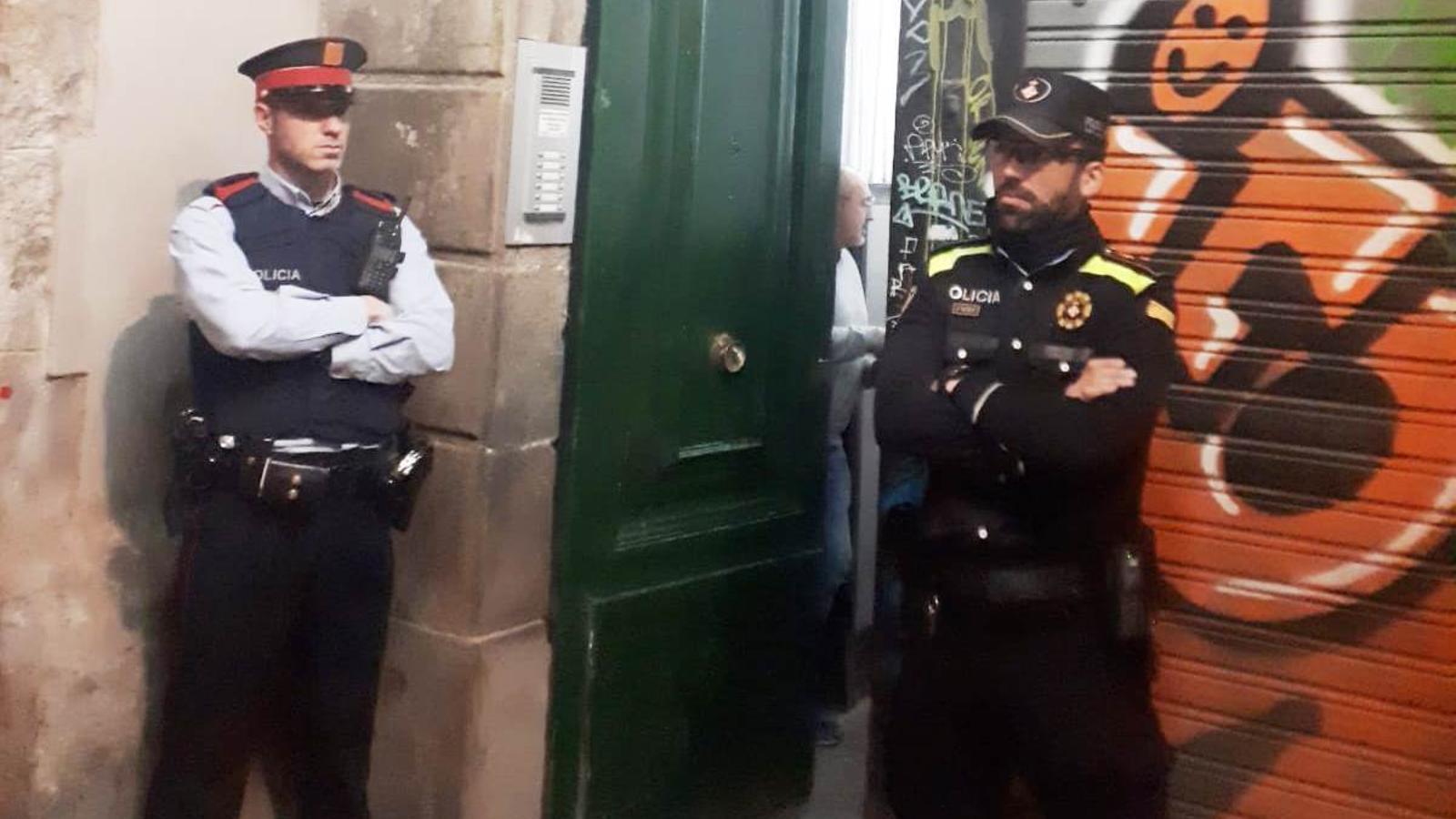 Detinguts els tres responsables d'un narcopís al Gòtic