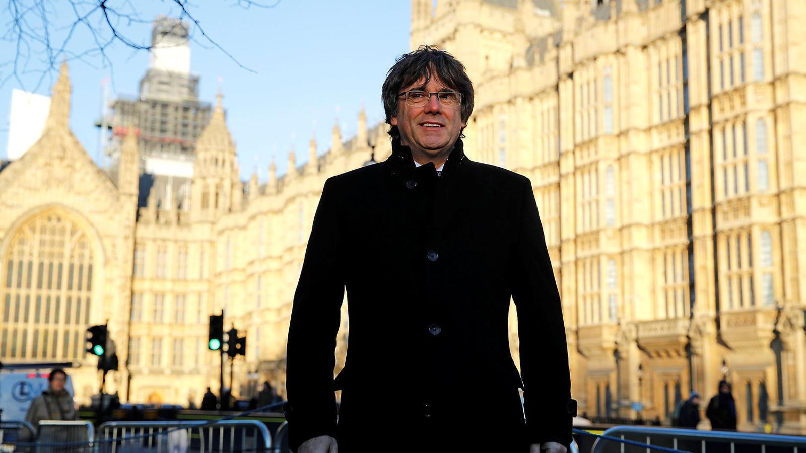 Puigdemont ahir davant  del Palau de Westminster.