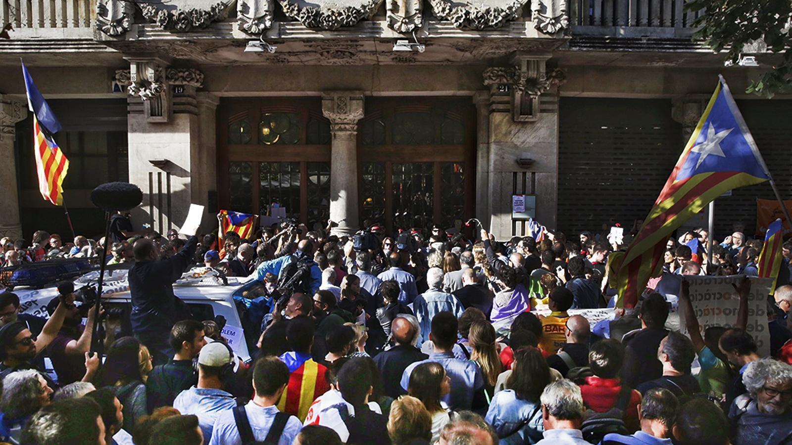 Concentració espontània de ciutadans davant de la conselleria d'Economia durant l'operació de la Guàrdia Civil contra l'1-O