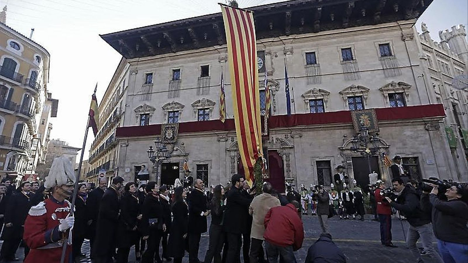 La festa de l'Estendard 2016 a la plaça de Cort de Palma amb els representants de l'Ajuntament.