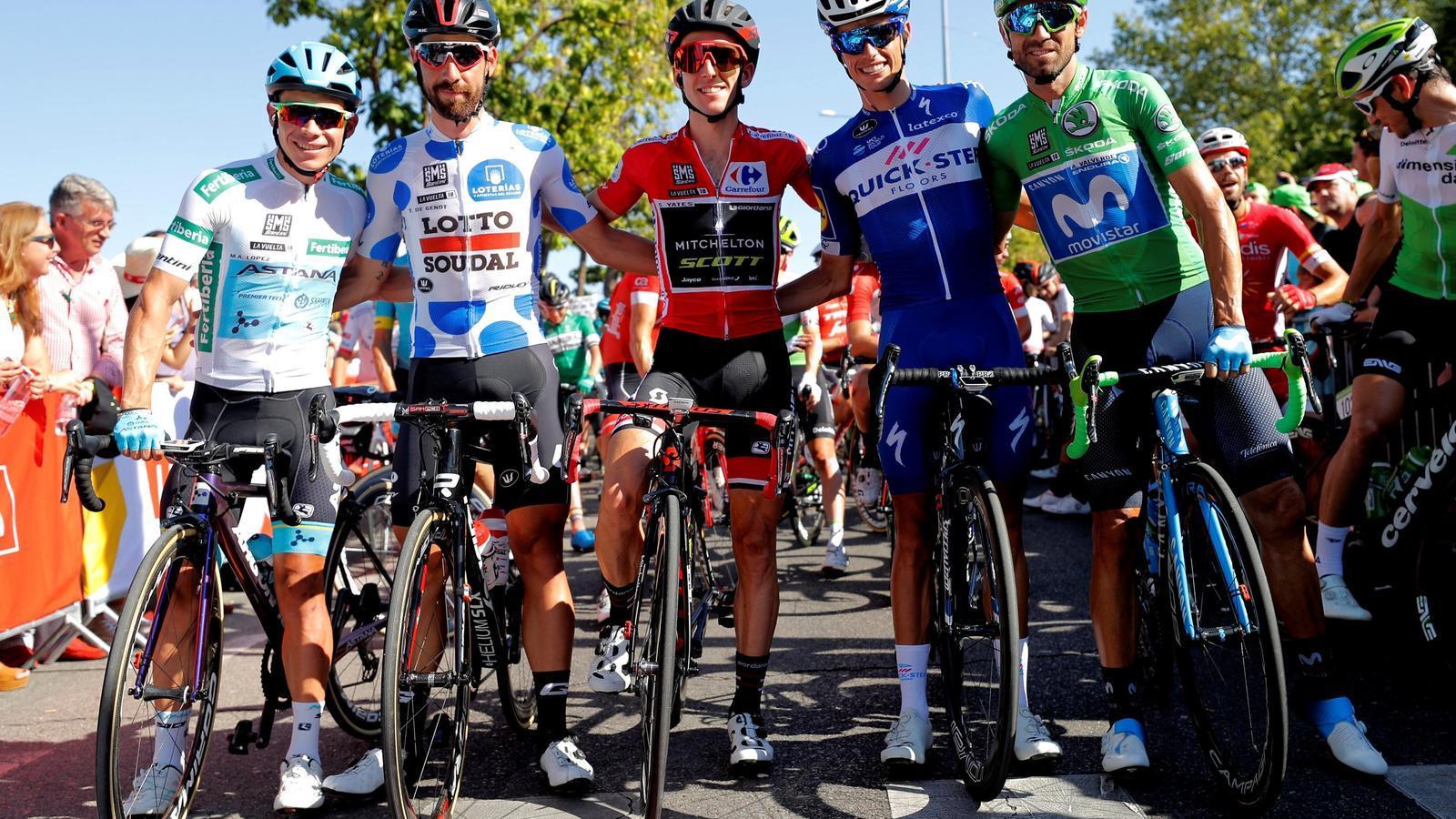 Enric Mas abans de començar la darrera etapa amb els primers classificats.