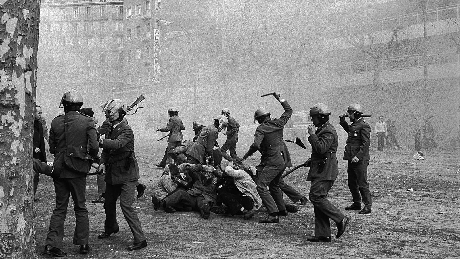 01. La fotografia que va fer Manel Armengol el 1976.  02. Armengol, ahir, al mateix lloc de la foto de fa 40 anys: passeig de Sant Joan amb Provença.