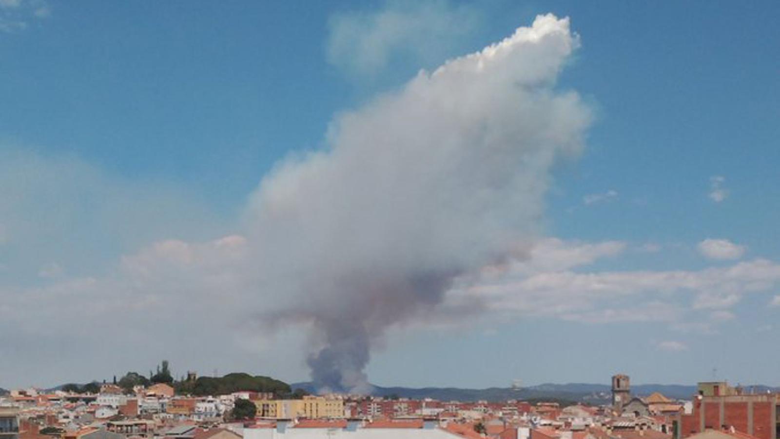 Pirocúmul gestat a causa de l'incendi forestal de Blanes vist des de Malgrat de Mar, diumenge