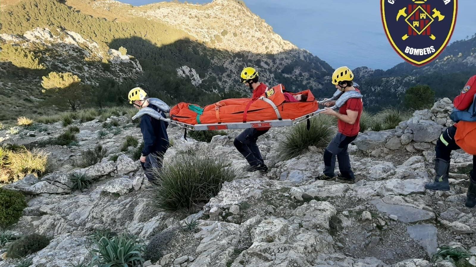 Els Bombers rescaten a Alcúdia una excursionista lesionada a l'esquena