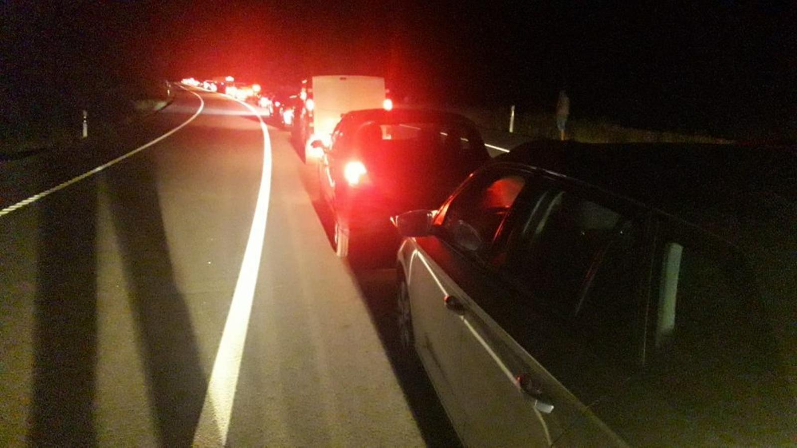 L'accident va causar importants retencions a la carretera.