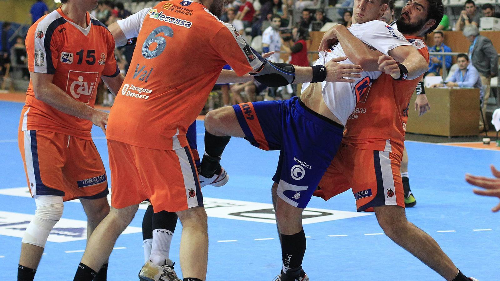 La defensa del CAI Aragó va mirar d'esforçar-se, però el Fraikin Granollers va anotar 40 gols. / EL FARO DE VIGO
