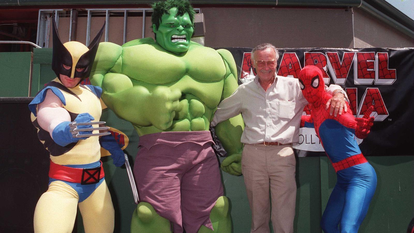 Stan Lee amb alguns dels seus personatges