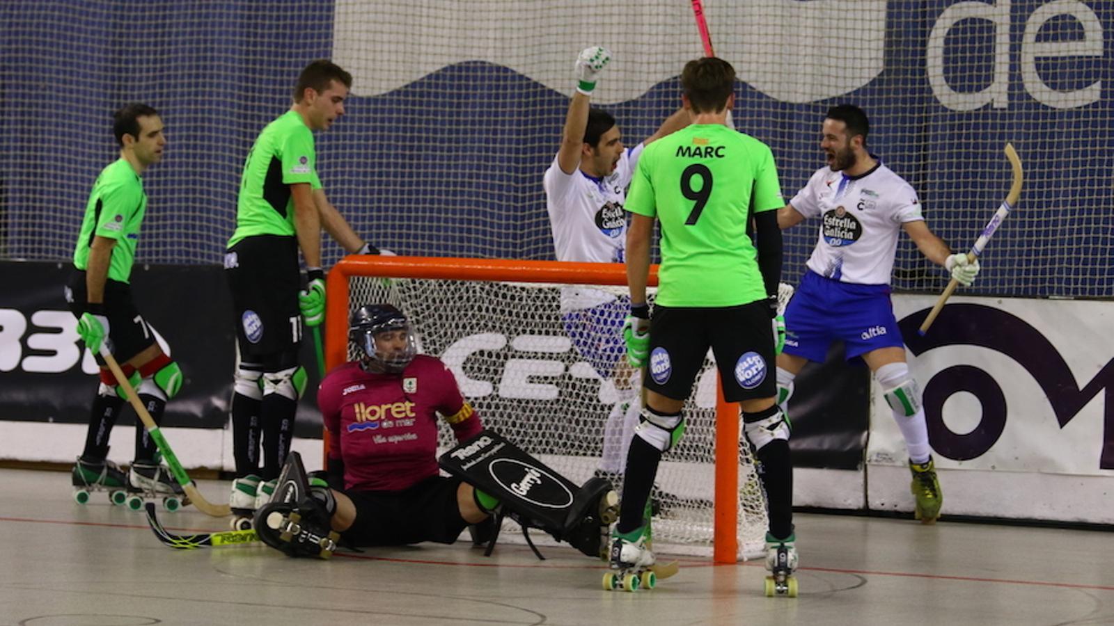 Els jugadors del HC Liceo celebren un dels gols contra el CH Lloret Vila Esportiva