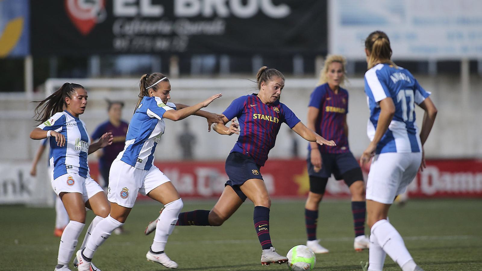 Maria Llompart i Carola Garcia intentant frenar la conducció de Lieke Martens a la final de la Copa Catalunya de l'agost.