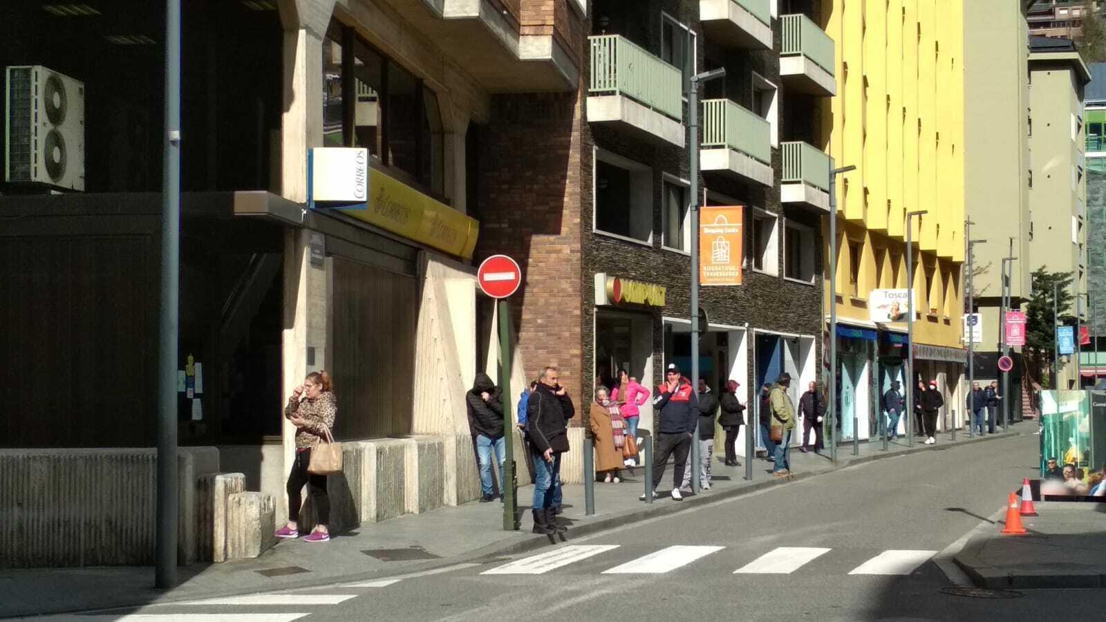 Cues a l'oficina de Correus per a la recollida de correspondència i paqueteria. / ARA Andorra