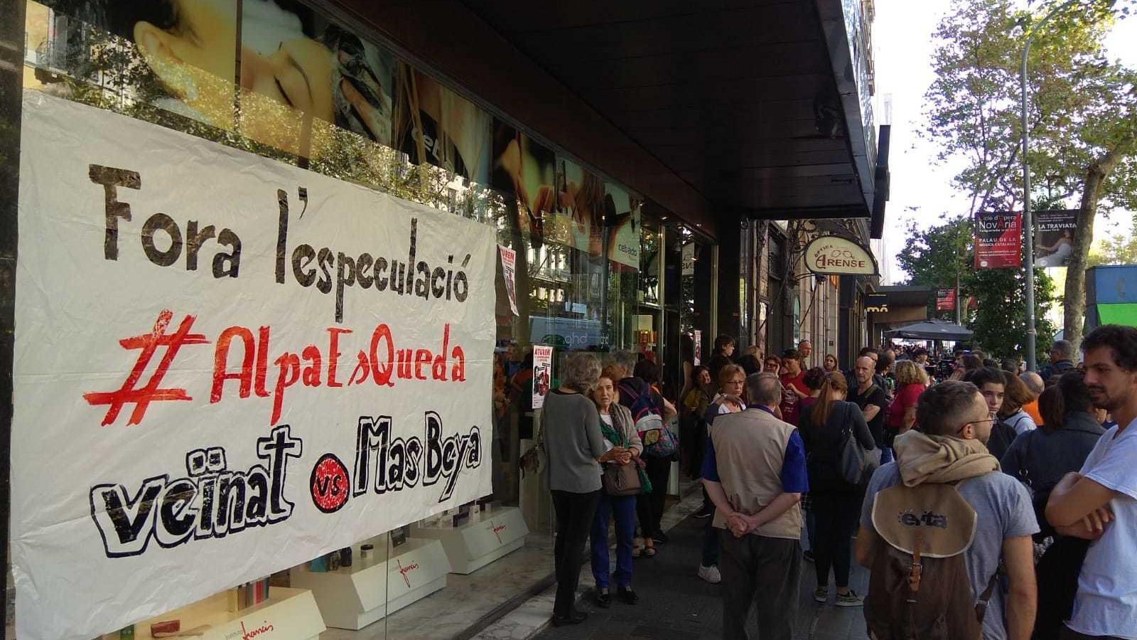 Sindicats veïnals ocupen l'Institut de Bellesa Francis per protestar contra un desnonament