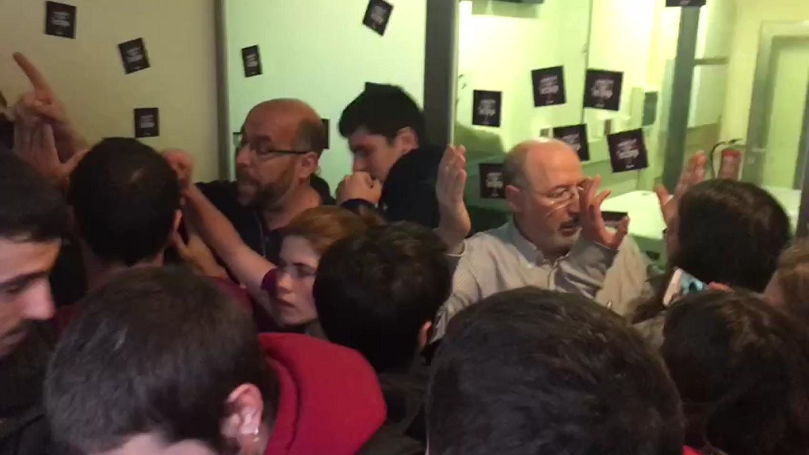Moments de tensió durant l'ocupació de la seu del PP per part d'Arran