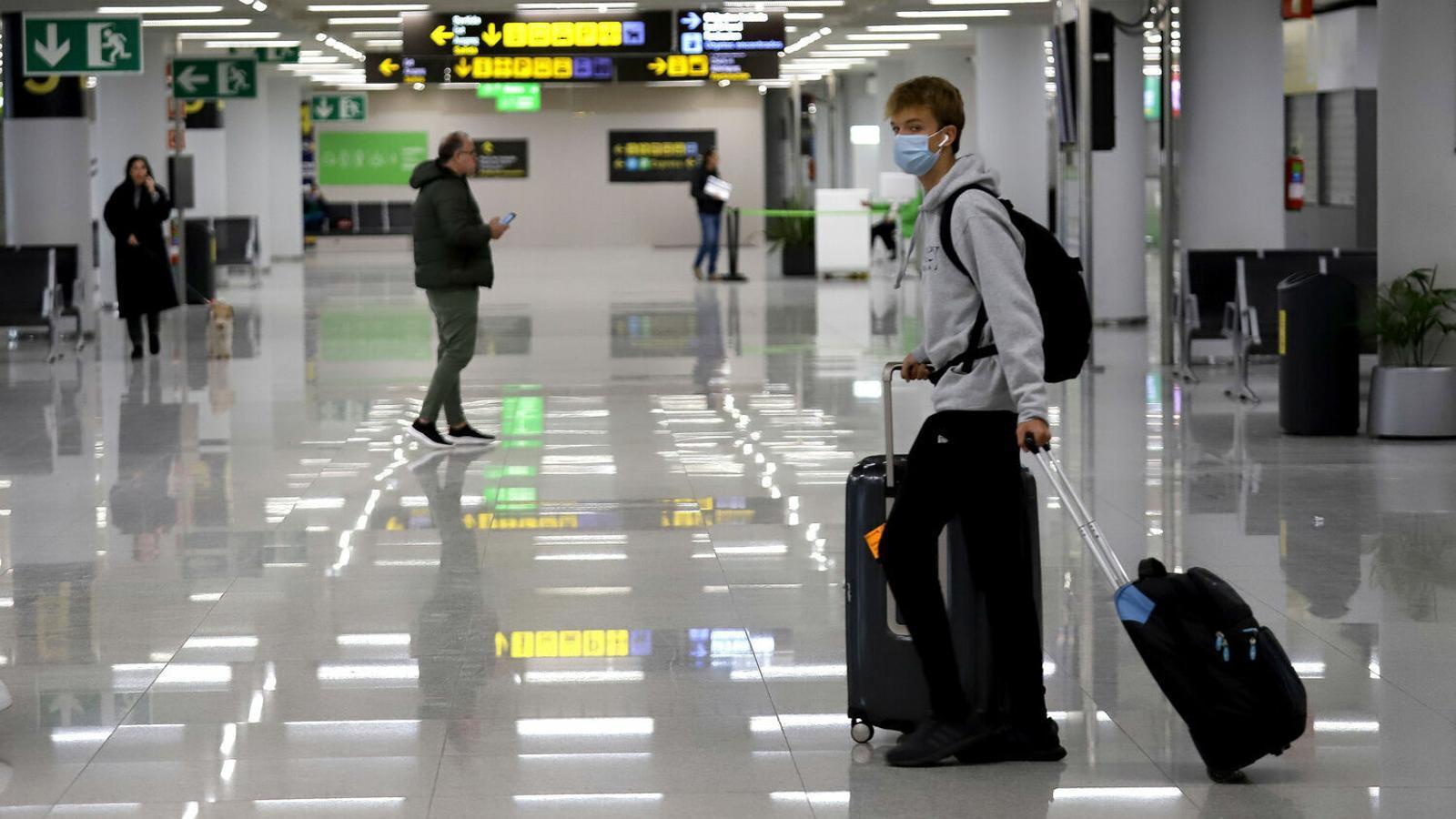Viatgers dins l'aeroport de Son Sant Joan