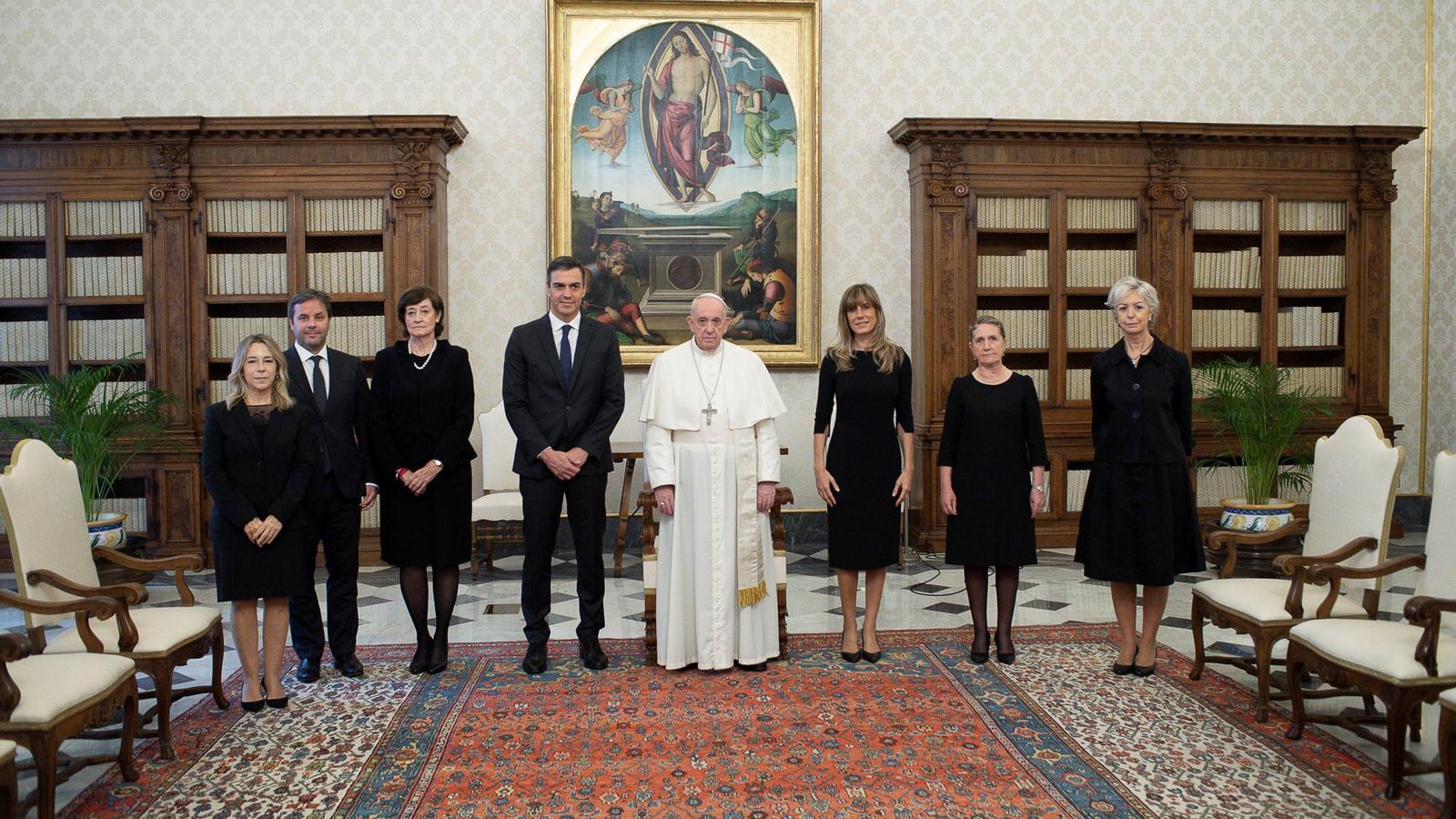 Pedro Sánchez i la seva dona, Begoña Gómez, amb el Papa al Vaticà.