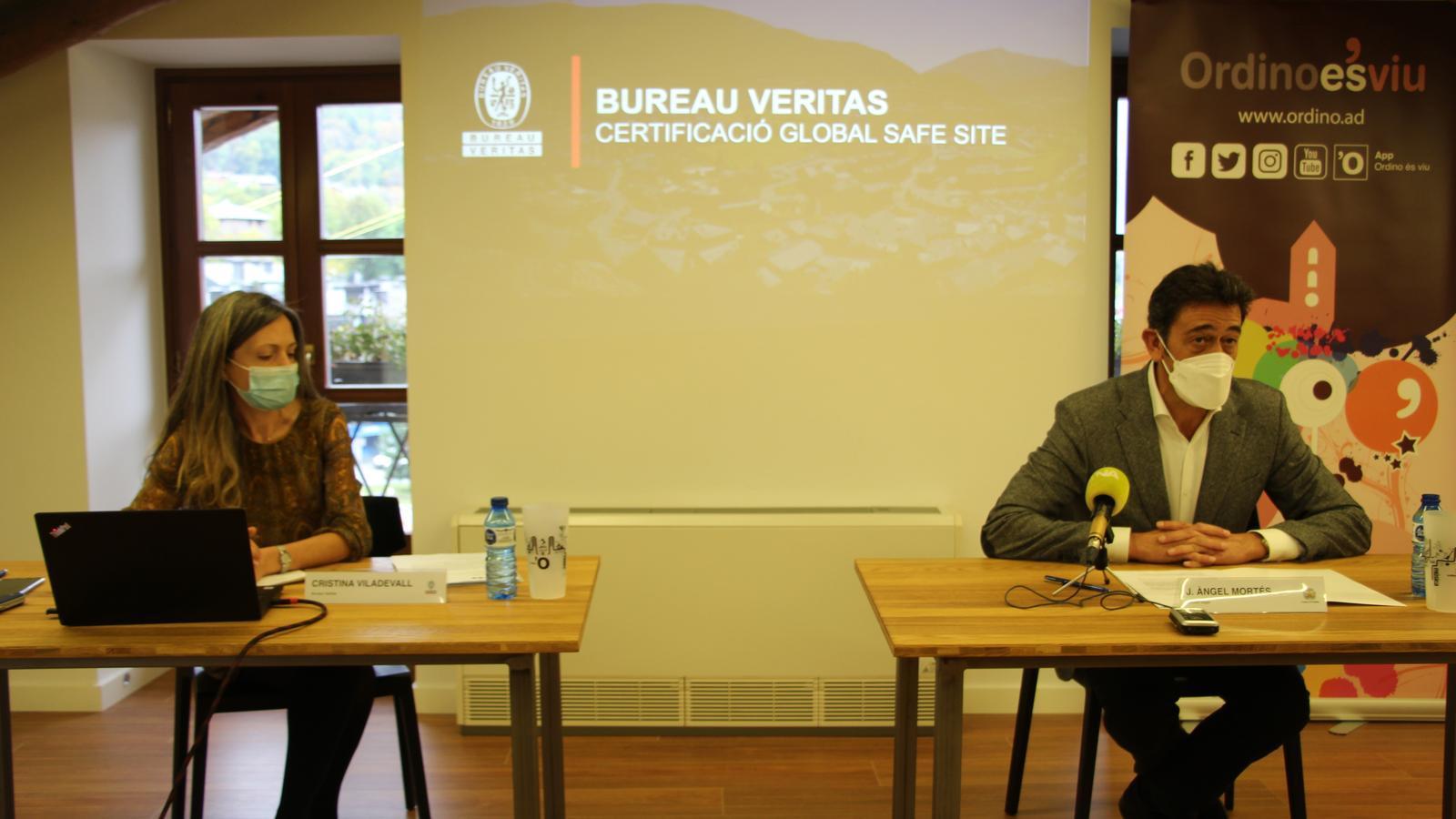 El cònsol major d'Ordino, Josep Àngel Mortés, i la representant de l'empresa Bureau Veritas, Cristina Viladevall, durant la presentació / AS
