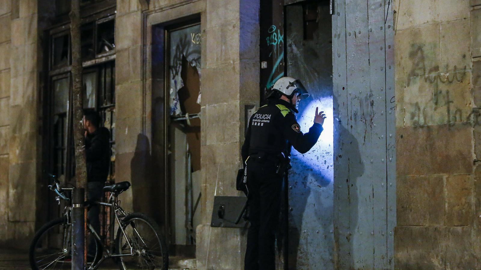 La policia aprofita el confinament per posar setge als narcopisos