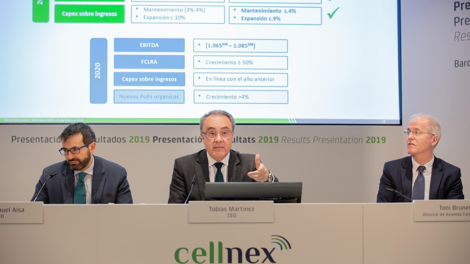 Tobías Martinez (centre), durant al presentació de resultats.