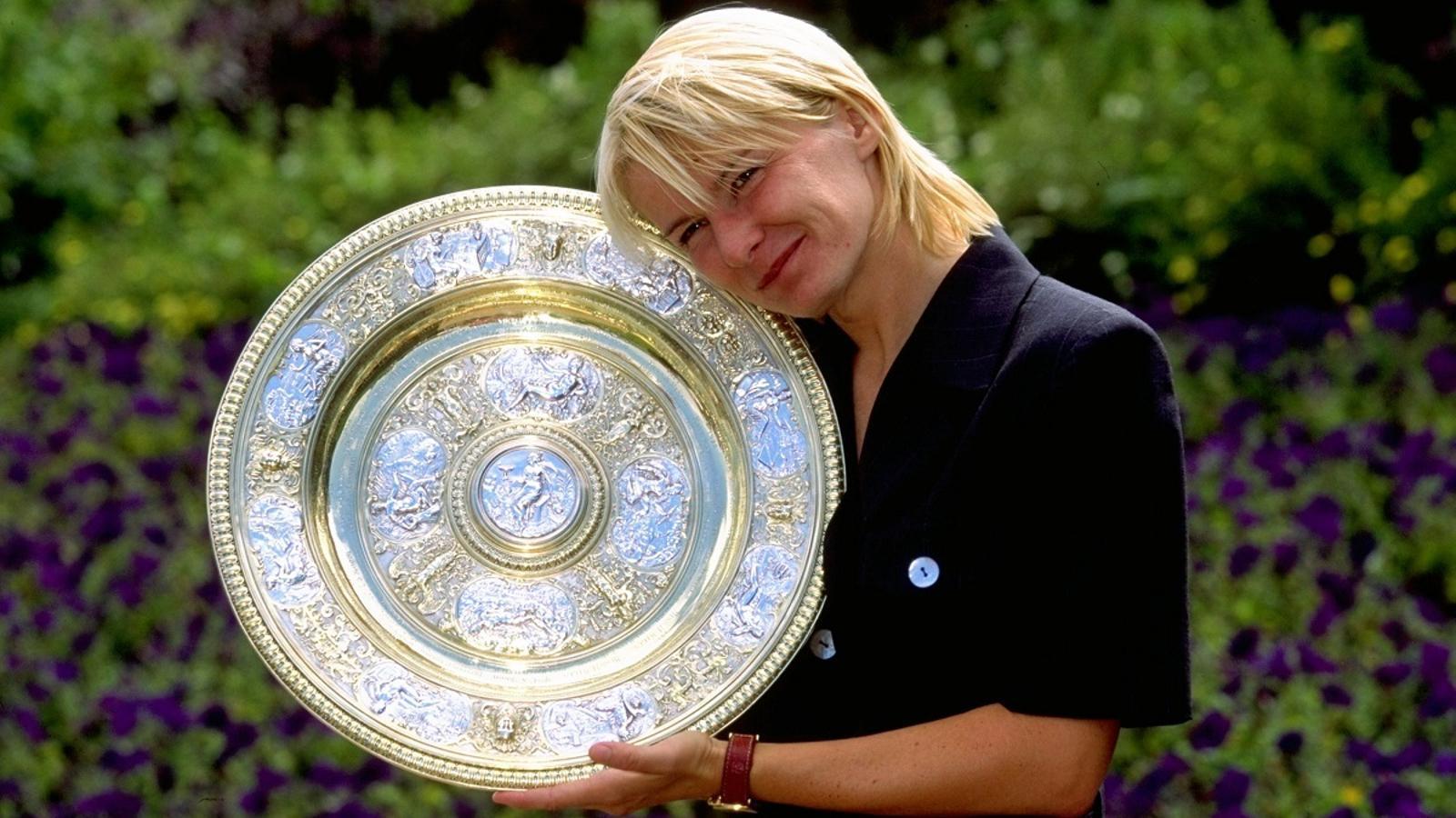 Jana Novotna, amb el trofeu de guanyadora de Wimbledon l'any 98