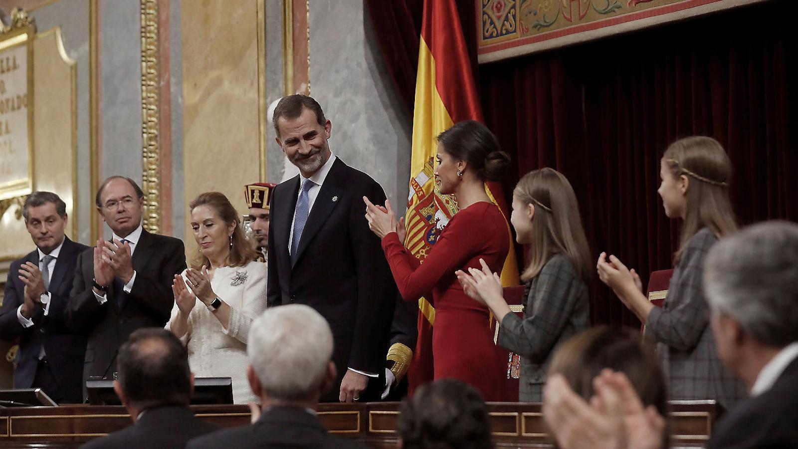 Felip VI va presidir ahir l'acte dels 40 anys de la Constitució al Congrés, que va agrupar per primer cop el rei emèrit i la princesa Elionor, així com cinc presidents espanyols, que van seure amb els pares de la Constitució  al mig de l'hemicicle.