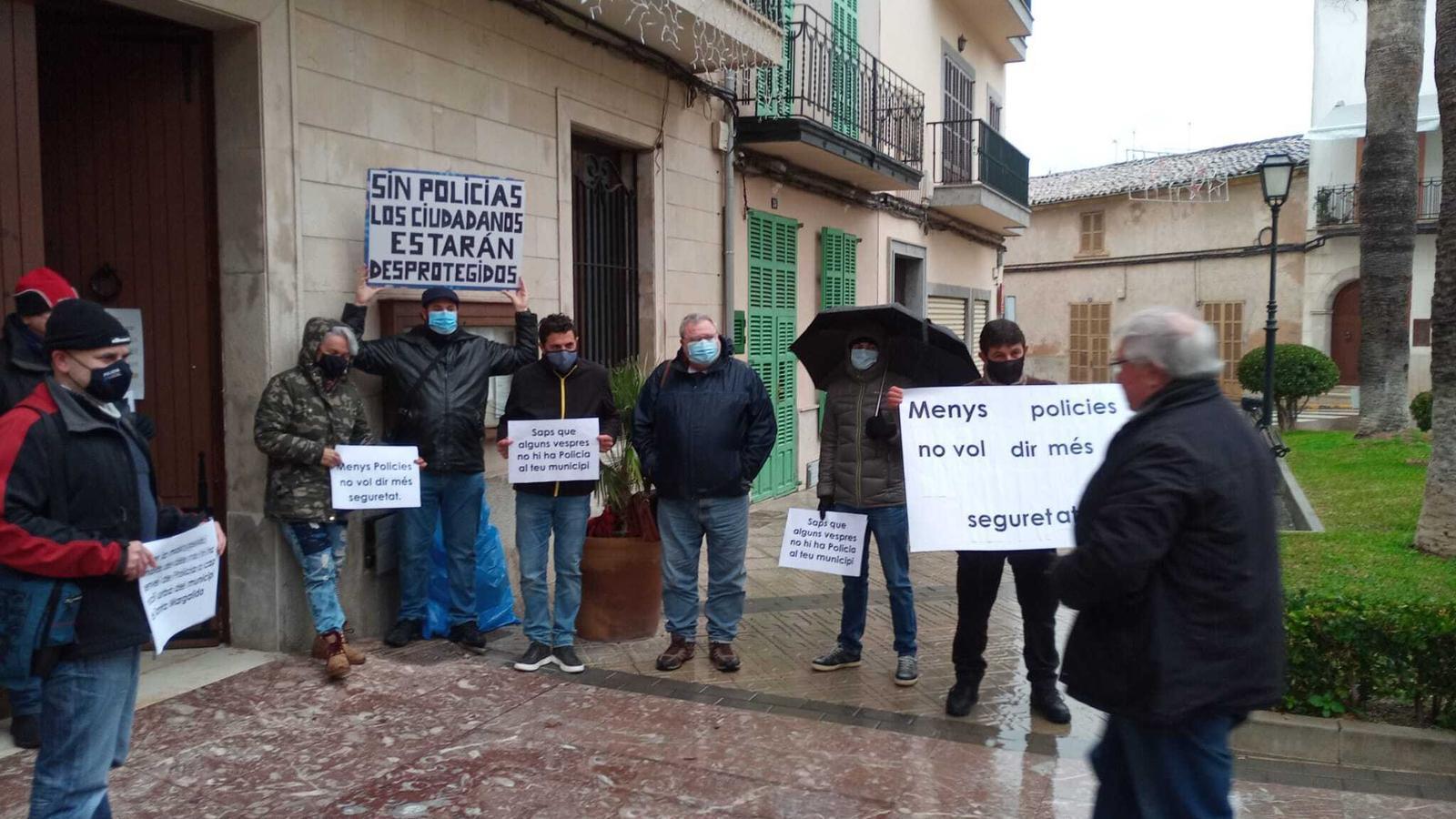 Imatge de membres de la policia local durant la protesta