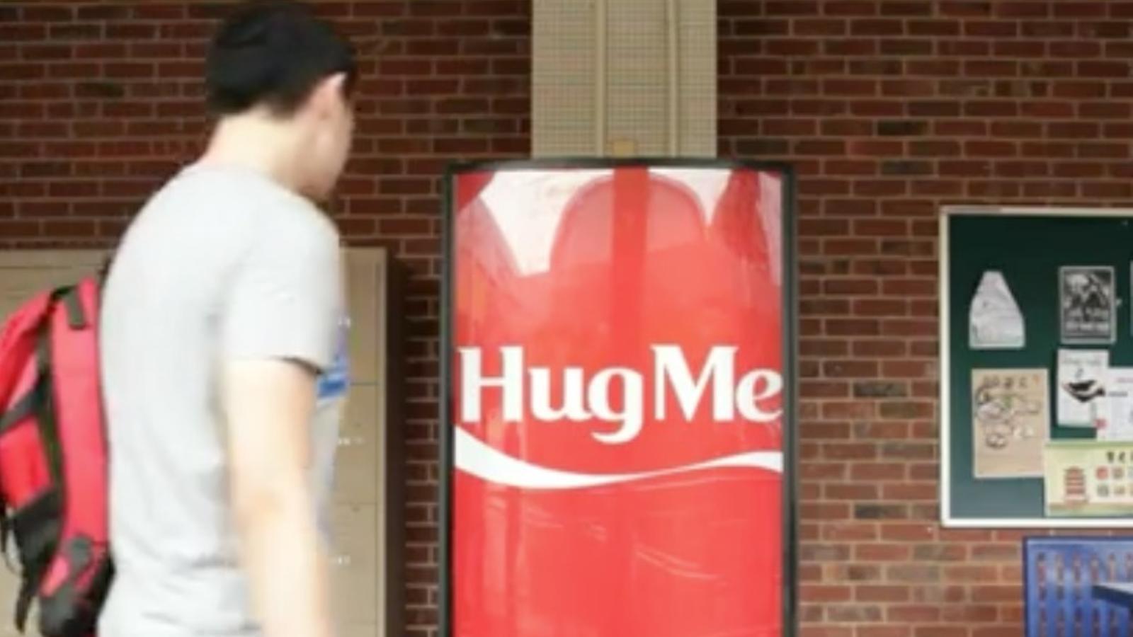 Una màquina de refrescos prefereix les abraçades abans que els diners