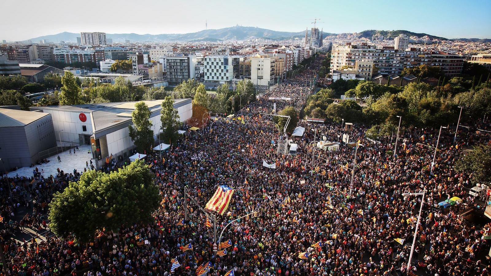 Centenars de milers de persones protesten a Barcelona per reclamar la llibertat dels presos polítics i els exiliats