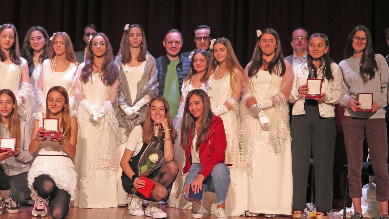 El cap de Govern, Xavier Espot, amb la reina i les damisel·les d'honor, guardonats i organitzadors dels Jocs Florals d'Andorra. / J. B.