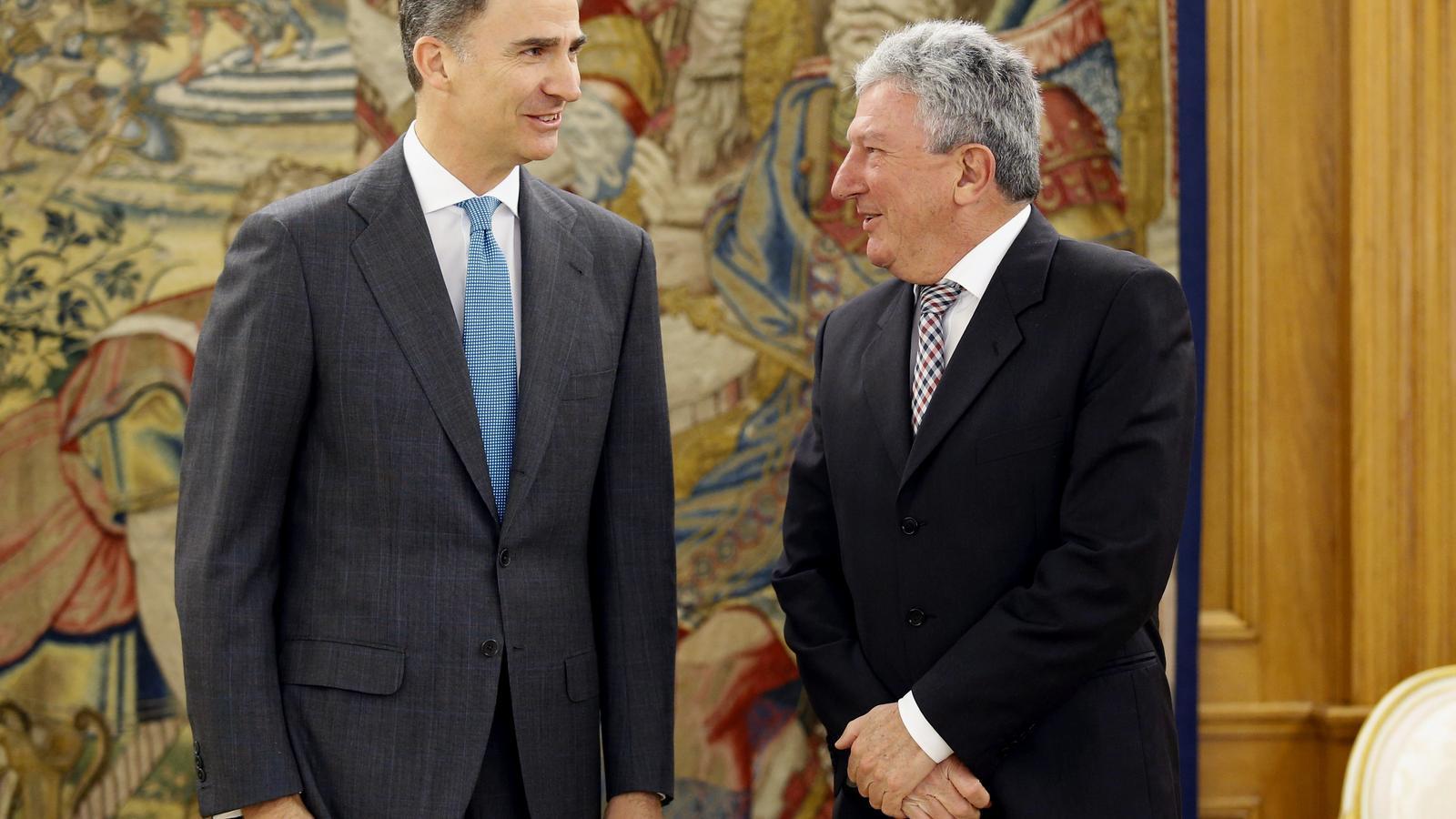 El rei Felip VI i el diputat de Nova Canàries, Pedro Quevedo, que ha obert la tercera ronda de consultes