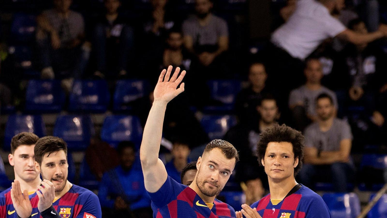 El jugador del Barça d'handbol Casper Mortensen durant la presentació dels equips en el partit de Lliga de Campions contra el Zagreb.