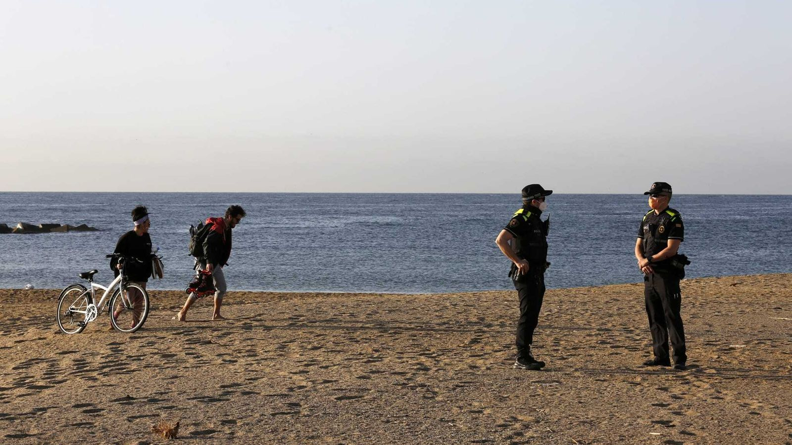 Agents de la Guàrdia Urbana controlant, aquest matí, l'accés a les platges