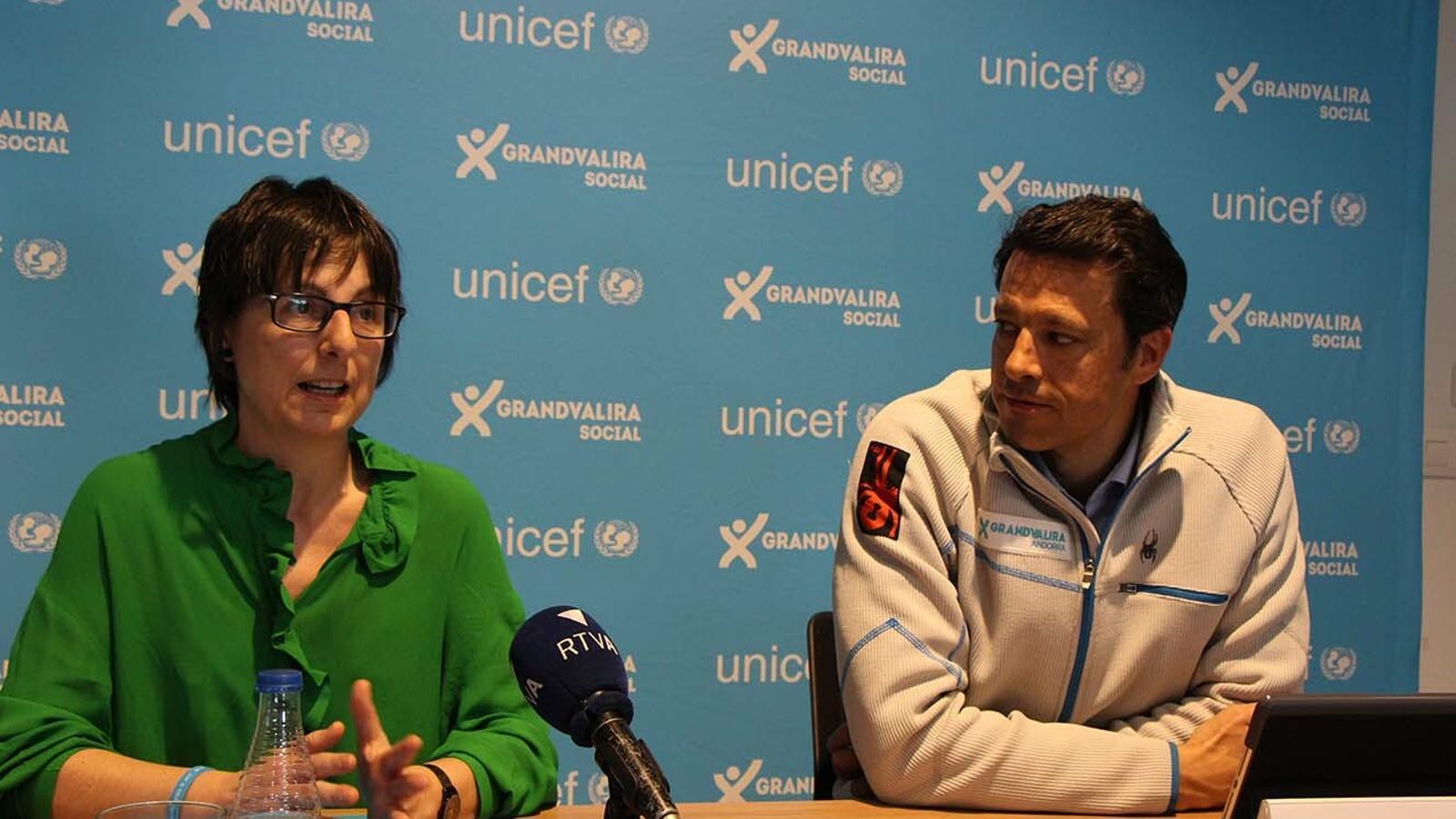 a directora d'Unicef Andorra, Marta Alberch, i el director de Grandvalira-Nevasa, Adolfo Torreño, durant la roda de premsa d'aquest dijous. / B. N.