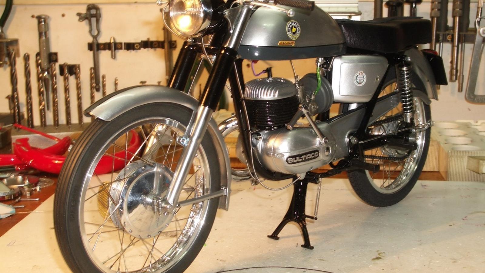 La Bultaco Metralla a escala 1_6 és la primera moto que va muntar Tarragó.