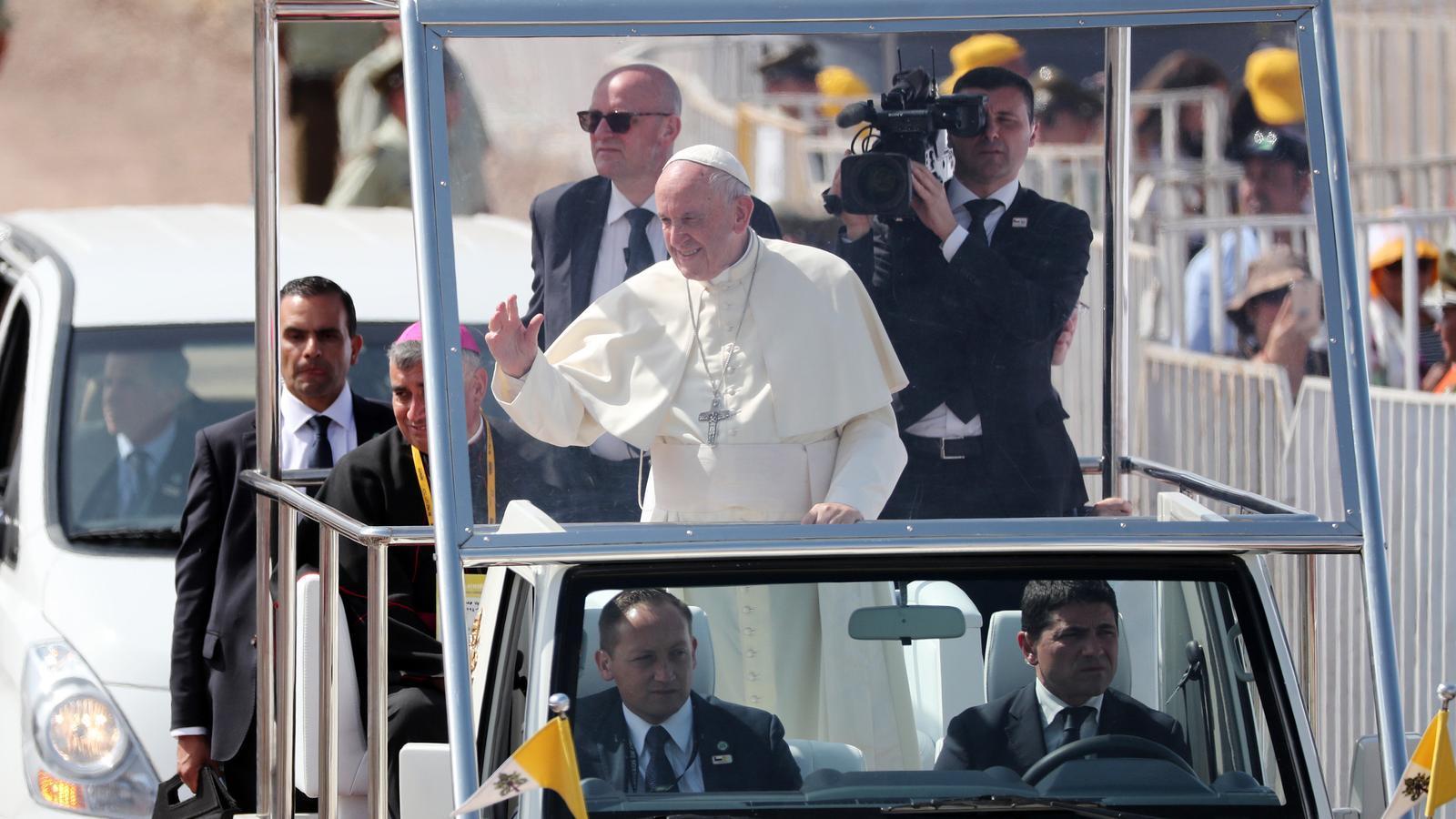 El Papa Francesc, camí de la missa final del seu viatge a Xile, dijous a Iquique.