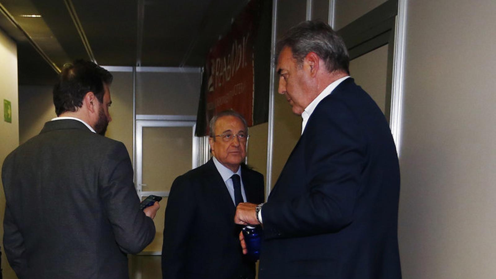Florentino Pérez i  Juan Carlos Sánchez als passadissos del WiZink Center
