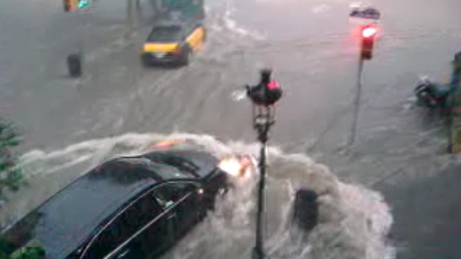 Els cotxes intenten escapar-se de l'aiguat a l'avinguda Paral·lel de Barcelona