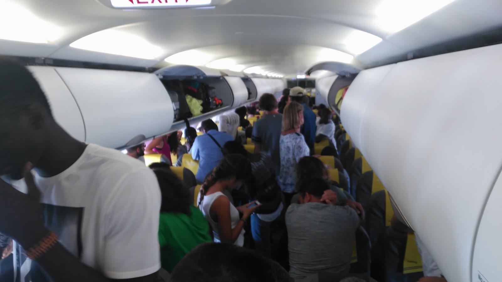 Aturen un avió de Vueling per evitar la deportació d'un senegalès