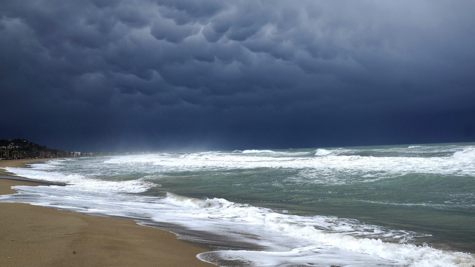 Una línia de tempestes fortes provoca vent huracanat i moltes calamarsades