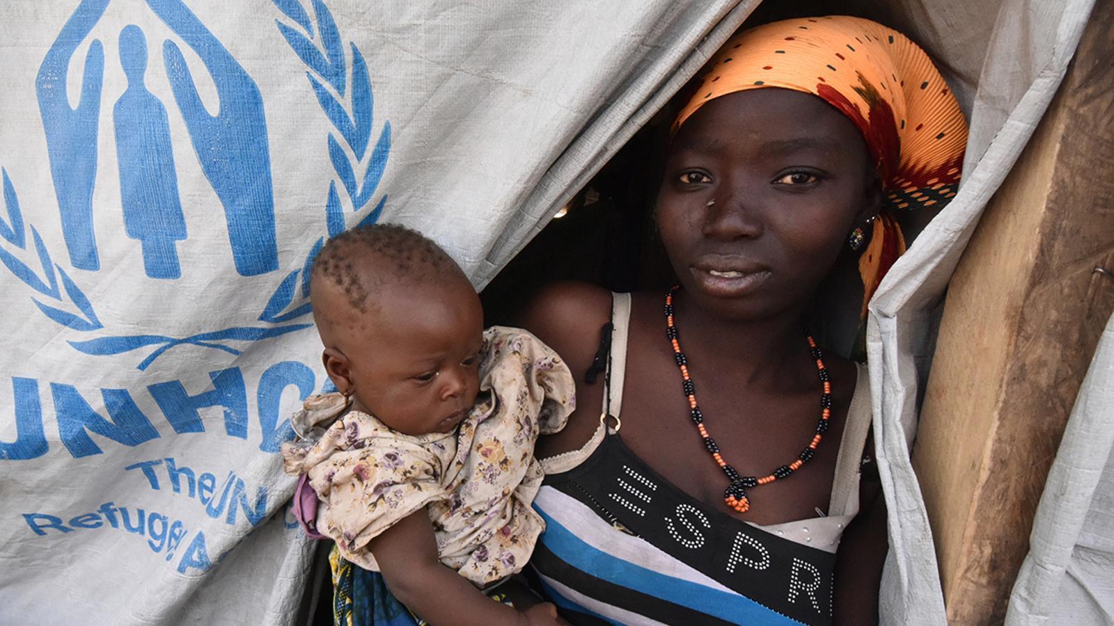 Una menor nigeriana amb el seu fill petit, en un dels camps de refugiats instal·lat per l'ONU. REUTERS