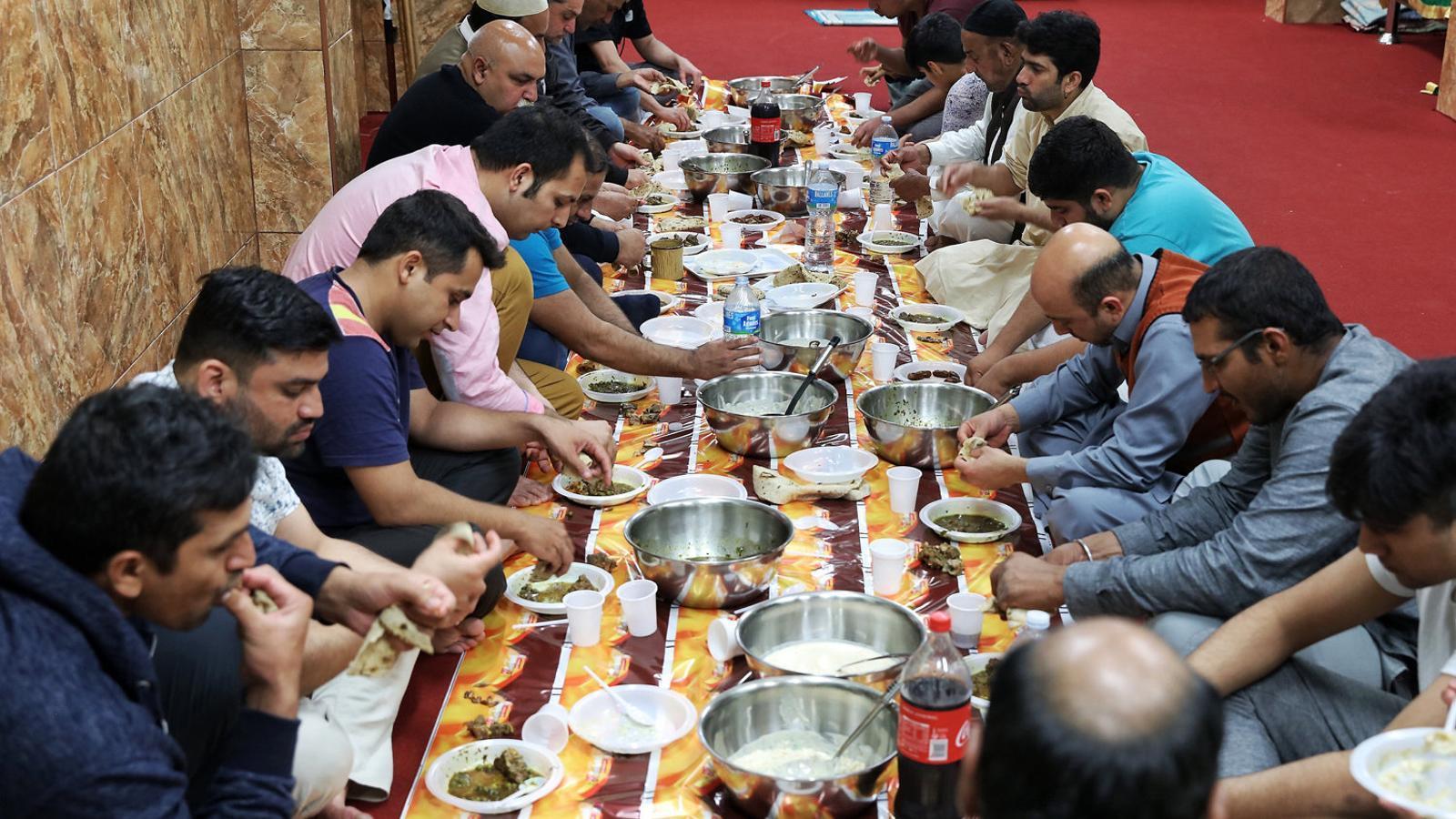 Membres de la comunitat musulmana celebrant ahir a Barcelona l'inici del Ramadà.