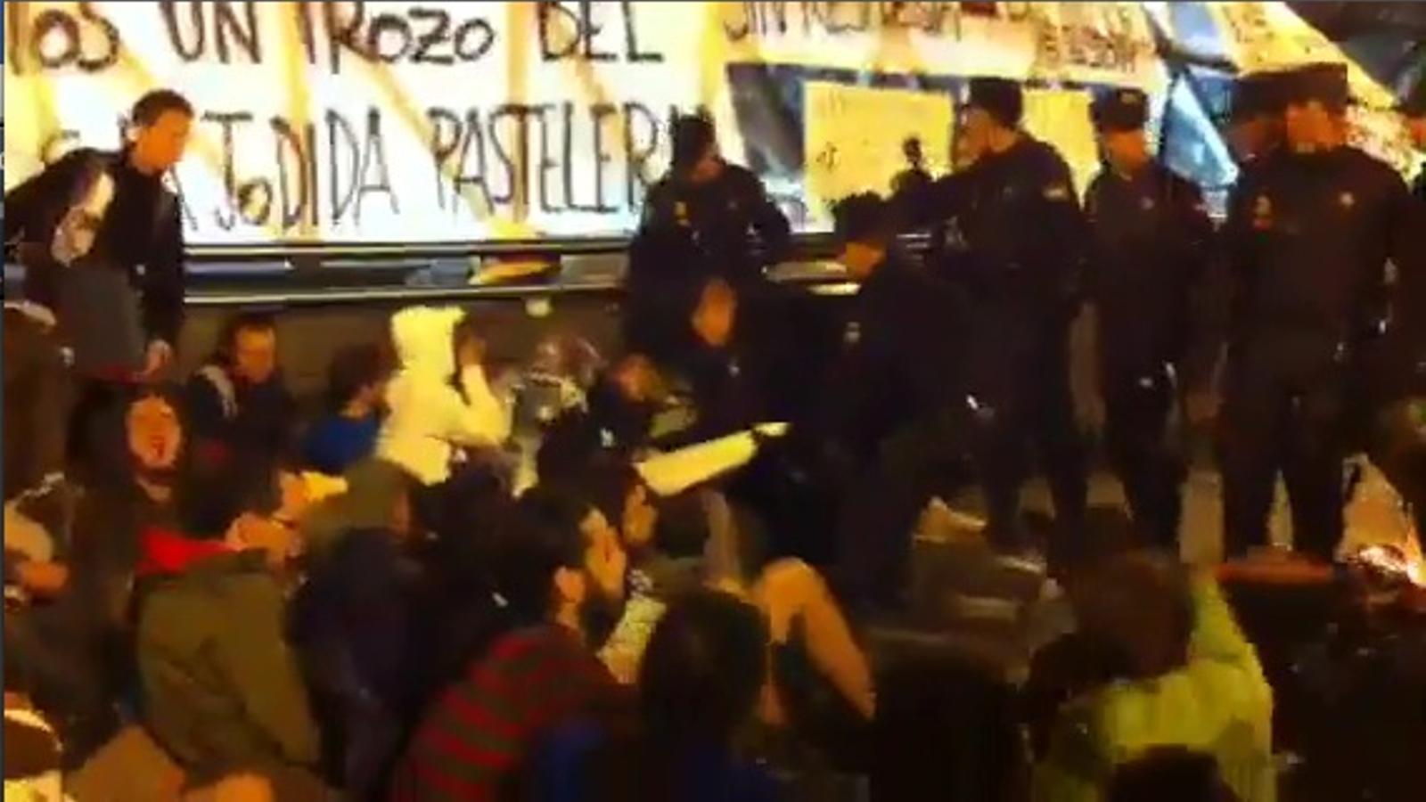 La policia fa fora els manifestants de la Puerta del Sol