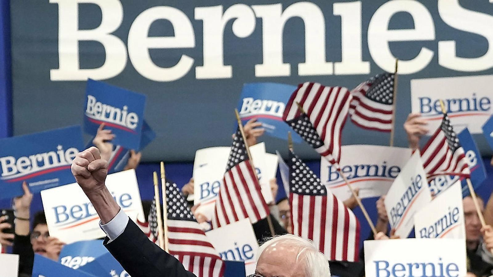 El senador Bernie Sanders alçant el puny celebra la victòria a les primàries de Nou Hampshire.